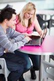 Due studenti di college divertendosi studio insieme Fotografie Stock Libere da Diritti