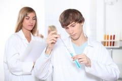 Due studenti di scienza Immagine Stock