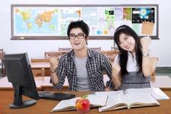 Due studenti felici che esprimono successo Immagini Stock Libere da Diritti