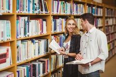 Due studenti sorridenti che flirtano insieme Fotografia Stock Libera da Diritti