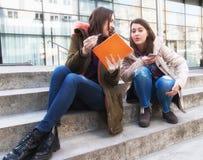 Due studenti sorridenti felici della studentessa di college Fotografie Stock