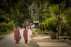 Due suore che camminano su una via nel Myanmar Fotografia Stock Libera da Diritti