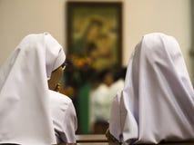 Due suore che si siedono nella chiesa immagini stock libere da diritti