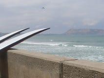 Due surf bianchi alla linea costiera in Miraflores, Lima Fotografie Stock