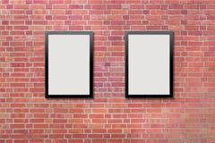 Due tabelloni per le affissioni in bianco allegati ad un muro di mattoni di esterno delle costruzioni Fotografia Stock