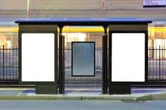 Due tabelloni per le affissioni della pubblicità all'arresto del treno fotografia stock libera da diritti