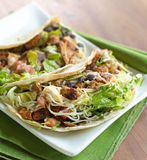 Due tacos di pollo molli delle coperture Fotografia Stock