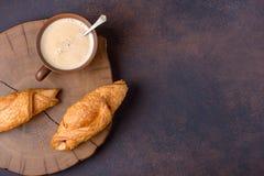 Due tazza fresca di caffè e del croissant Fotografie Stock Libere da Diritti
