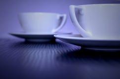 Due tazze bianche alla moda sulla tabella Fotografie Stock Libere da Diritti