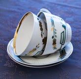Due tazze bianche di lusso per tè e due piatti Fotografie Stock
