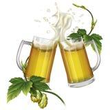 Due tazze con birra ed il luppolo Fotografie Stock Libere da Diritti