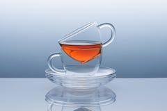 Due tazze con i piattini dal tè rimane Fotografie Stock Libere da Diritti