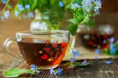 Due tazze dei fiori di estate e del tè Immagine Stock Libera da Diritti