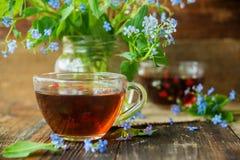 Due tazze dei fiori di estate e del tè Fotografie Stock Libere da Diritti