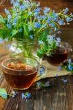 Due tazze dei fiori di estate e del tè Fotografia Stock Libera da Diritti