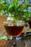 Due tazze dei fiori di estate e del tè Immagini Stock Libere da Diritti