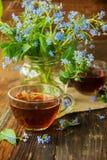 Due tazze dei fiori di estate e del tè Immagine Stock