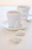 Due tazze del caffè con i biscotti di cuore-forma Fotografie Stock Libere da Diritti