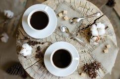 Due tazze del caffè del topview di legno del ceppo Immagini Stock Libere da Diritti