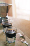 Due tazze del caffè espresso sulla tavola di legno con la mattina Fotografia Stock Libera da Diritti
