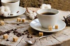 Due tazze del ceppo di legno del caffè Fotografie Stock Libere da Diritti