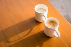 Due tazze delle bevande calde tè e caffè Immagini Stock Libere da Diritti