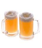 Due tazze di birra coperte di gocce dell'acqua Immagine Stock