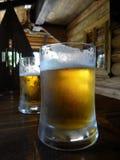 Due tazze di birra sulla tavola al pub nello stile rurale Immagine Stock Libera da Diritti