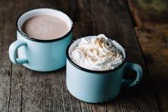 Due tazze di cacao caldo su superficie di legno rustica Fotografia Stock