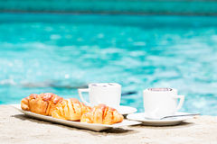 Due tazze di caffè con arte ed i croissant del latte Fotografie Stock Libere da Diritti
