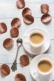 Due tazze di caffè con di pepita di cioccolato Fotografia Stock