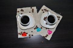 Due tazze di caffè con i chicchi ed il cuore di caffè Immagine Stock Libera da Diritti