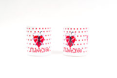 Due tazze di caffè con una dichiarazione di amore su un fondo bianco Immagine Stock