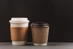 Due tazze di caffè di carta Immagine Stock