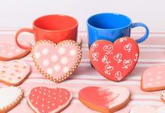 Due tazze di caffè e biscotti del cuore Immagini Stock Libere da Diritti