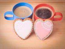 Due tazze di caffè e biscotti del cuore Fotografie Stock Libere da Diritti