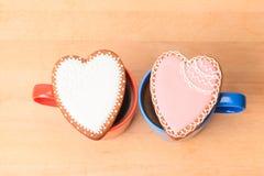 Due tazze di caffè e biscotti del cuore Immagine Stock
