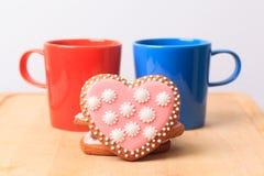 Due tazze di caffè e biscotti del cuore Fotografia Stock