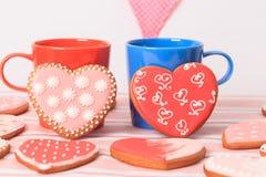 Due tazze di caffè e biscotti del cuore, biglietto di S. Valentino Fotografie Stock Libere da Diritti