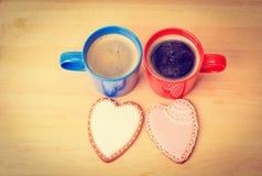 Due tazze di caffè e biscotti del cuore, mattina romantica Fotografia Stock