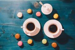 Due tazze di caffè e macarons fotografie stock