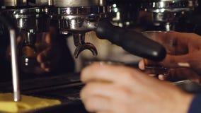 Due tazze di caffè espresso che è versato da una macchina di caffè espresso professionale lentamente video d archivio