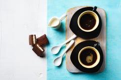 Due tazze di caffè espresso con il dolce di cioccolato Fotografia Stock Libera da Diritti