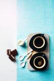 Due tazze di caffè espresso con il dolce di cioccolato Immagine Stock Libera da Diritti