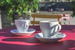 Due tazze di caffè macchiato nell'estate all'aperto Fotografie Stock