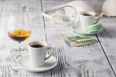 Due tazze di caffè sul terrazzo del ristorante con luce solare di pomeriggio Fotografie Stock Libere da Diritti
