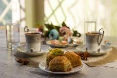 Due tazze di caffè turco e di baklava Immagine Stock