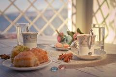 Due tazze di caffè turco e di baklava Fotografia Stock