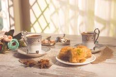 Due tazze di caffè turco e del piatto con baklava Fotografie Stock