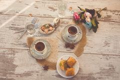 Due tazze di caffè turco e di un piatto con la vista superiore della baklava Fotografia Stock Libera da Diritti